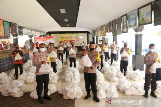 Polda NTT bagikan 1.600 paket sembako ke warga terdampak COVID-19