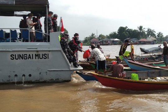Lanal Palembang bagikan sembako ke warga bantaran sungai