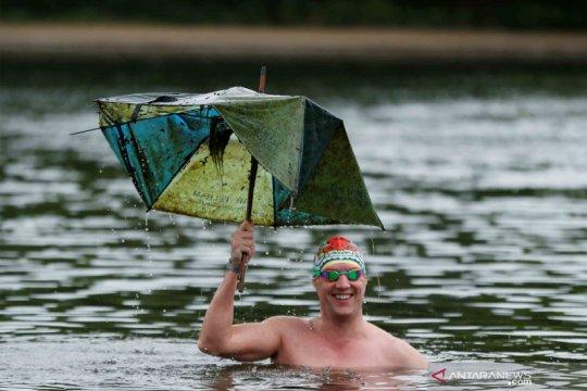 Pecinta renang kolam terbuka di Inggris kembali turun ke Serpentine Lido