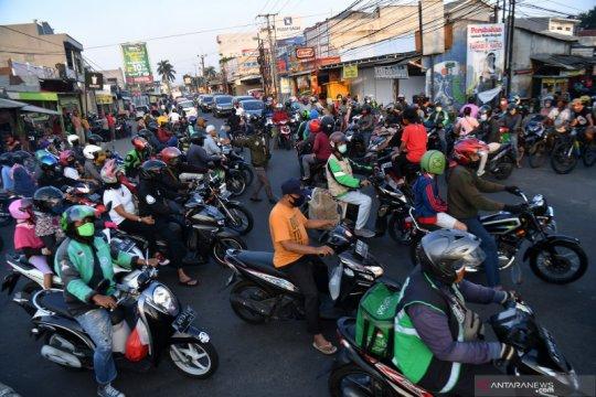 Keramaian lalu lintas saat PSBB di Kota Depok
