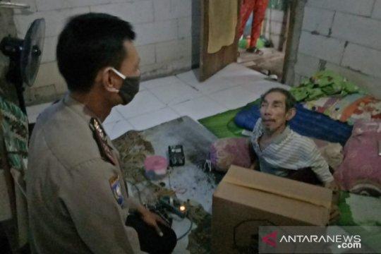 Polsek Cengkareng bagi sembako untuk penyandang disabilitas