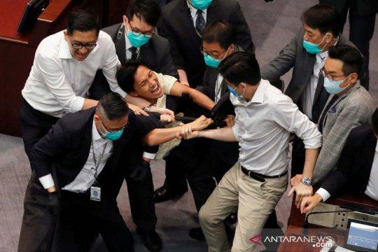 Kisruh saat pertemuan Komite Dewan Legislatif di Hong Kong