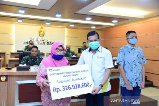 Ahli waris pahlawan kesehatan TNI AD terima santunan Asabri