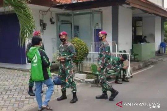 Puluhan TNI jaga tempat isolasi WNI di Asrama Haji Pondok Gede
