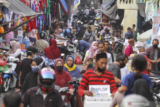 Keramaian pasar saat PSBB di Kota Depok