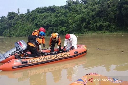 Tim SAR masih mencari korban hanyut di Sungai Cisadea Cianjur