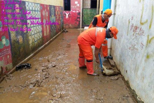 Kelurahan Kebon Baru kerahkan petugas PPSU bersihkan sisa banjir