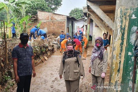 Pengungsi Balekambang pulang ke rumah setelah banjir surut