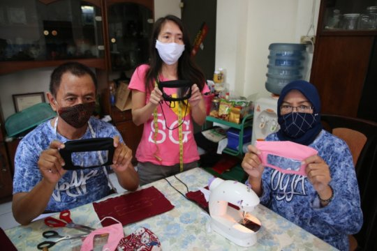 Penyandang disabilitas membuat masker transparan bagi tunarungu