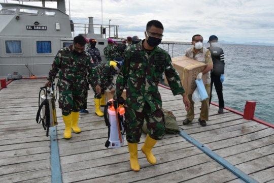 Dua kapal perang angkut tenaga medis untuk rapid test warga pulau