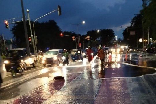 Petugas damkar bersihkan tumpahan oli di Jalan Pemuda