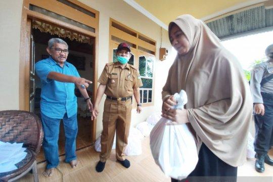 Bagi-bagi sembako, cara DPRD Palu reses di tengah pandemi COVID-19