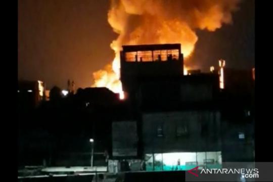 Kebakaran menjalar pemukiman padat penduduk di Gang Venus