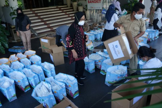 Pemkot Surabaya salurkan ribuan APD ke berbagai rumah sakit