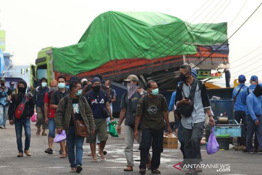Pemudik mulai berdatangan di pelabuhan Tanjung Perak
