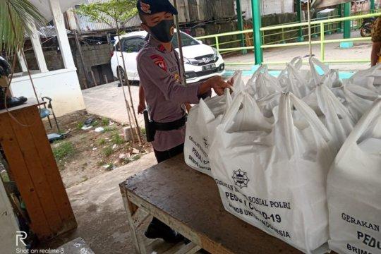 Brimob bagikan sembako bantu masyarakat Penjaringan Jakarta