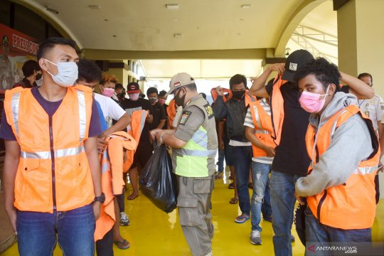 Sebanyak 52 pelanggar PSBB di Jakarta Utara kena sanksi kerja sosial