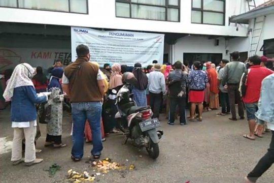 Warga berdesakan ambil bantuan Gubernur di Kantor Pos Garut