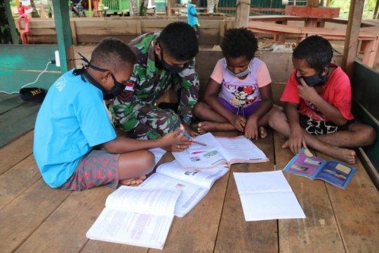 Prajurit TNI beri bimbingan belajar anak di perbatasan Indonesia-PNG