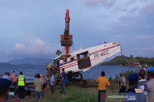 Tim gabungan evakuasi badan pesawat milik MAF dari Danau Sentani