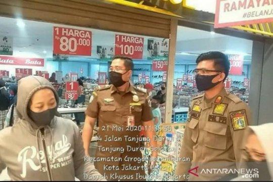 Satpol PP Jakbar denda pusat belanja pakaian tak patuhi PSBB