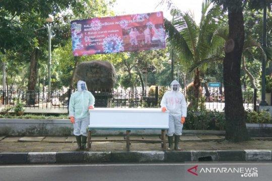 Petugas pemakaman di Jakarta Selatan kampanyekan patuhi PSBB