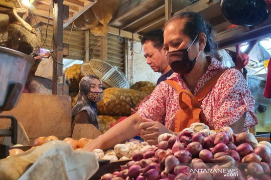 Harga ayam dan bawang merah di Pasar Senen naik