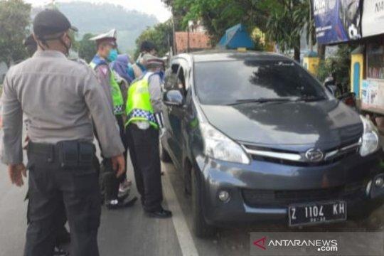 Polisi tangkap mobil pemudik yang terobos pos pemeriksaan di Garut