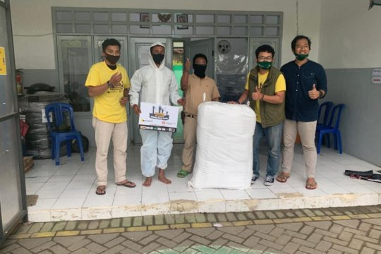 Petugas pemakaman TPU Surabaya terima bantuan baju hazmat