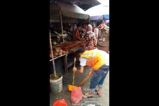 Kemacetan di depan Pasar Kebayoran Lama karena warga belanja sembako