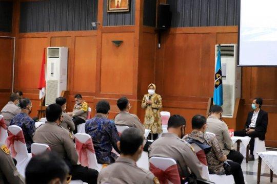 Risma jelaskan alasan tingginya kasus COVID-19 di Surabaya