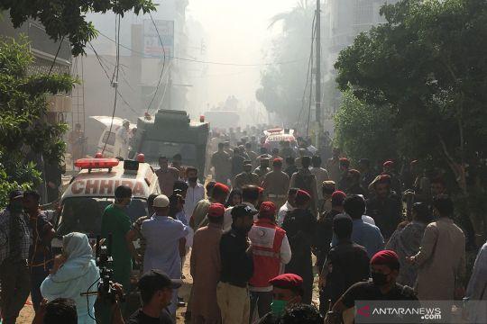 Pesawat jatuh di permukiman kota Karachi