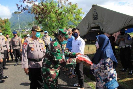 TNI-Polri Malut salurkan bantuan ke masyarakat terdampak COVID-19