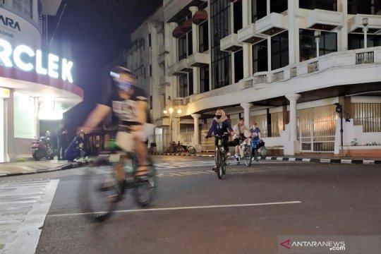 Warga isi malam takbiran dengan bersepeda di Asia Afrika Bandung