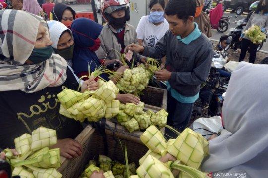 Pedagang kulit ketupat musiman