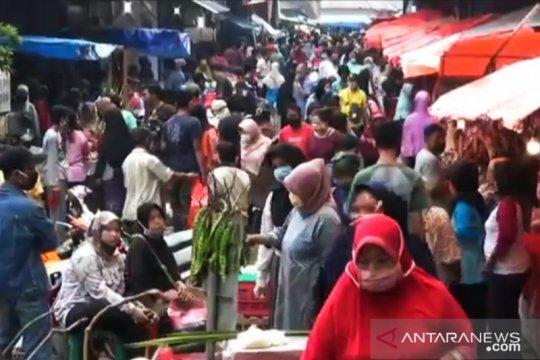 """Pasar Perumnas Klender """"diserbu"""" konsumen daging dan ketupat"""
