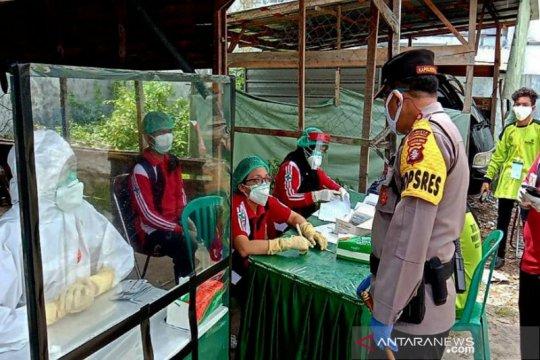 Polisi dampingi 'rapid test' warga di Pasar Besar Palangka Raya