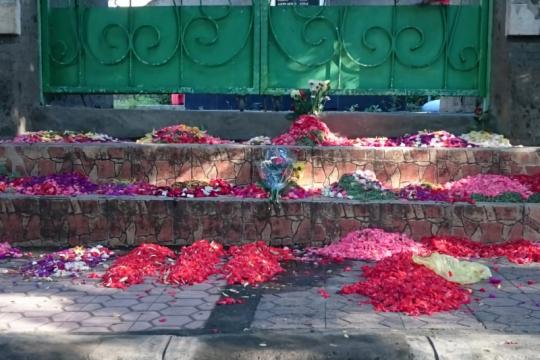 Selama COVID-19 warga hanya dibolehkan berziarah dari luar pemakaman