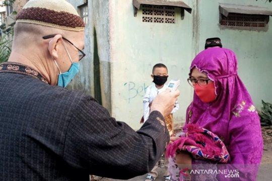 Warga yang hendak Shalat Id dicek suhunya di Cileunyi, Bandung