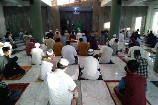 Ratusan warga melaksanakan Shalat Idul Fitri di Masjid Jami Al Hidayah