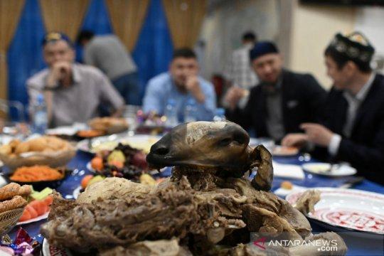 Berbagi makanan tradisional usai shalat Idul Fitri di Rusia