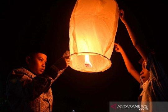 Tradisi menerbangkan balon asap saat lebaran di Pamekasan