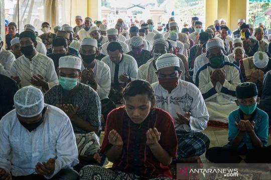 Shalat Idul Fitri di masjid saat wabah COVID-19
