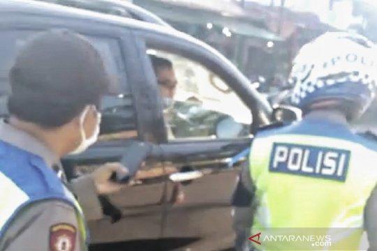 Polisi di Bandung tak pakai masker malah marahi polisi yang berjaga