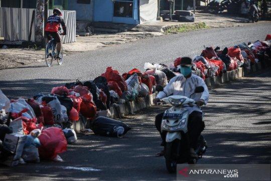Tumpukan sampah rumah tangga penuhi jalan di Ciledug