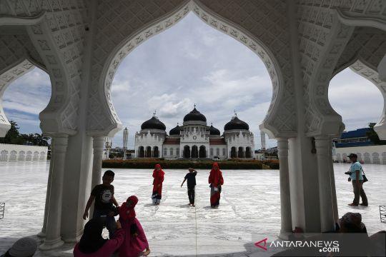 Warga kunjungi masjid raya Baiturrahman