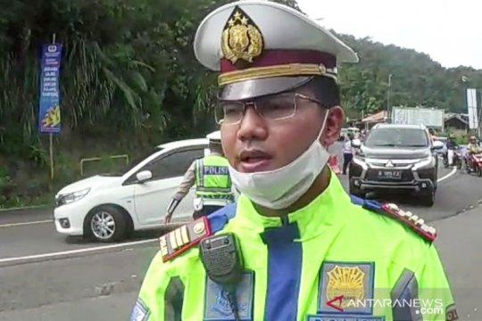 Polisi putar balik mobil pelat B di jalur Puncak Bogor