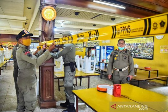 Petugas tutup paksa restoran pelanggar PSBB di Jalur Puncak Bogor