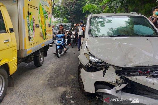 Kecelakaan lalu lintas libatkan sejumlah kendaraan di Tanah Kusir