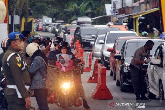 Penampakan antrean kendaraan yang masuk ke kota Padang